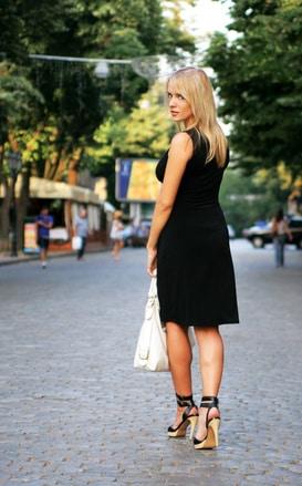 blondine in italien mit pumps