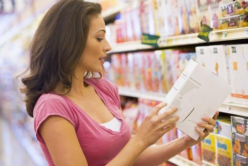 Prüfen der Etiketten auf einem Lebensmittel