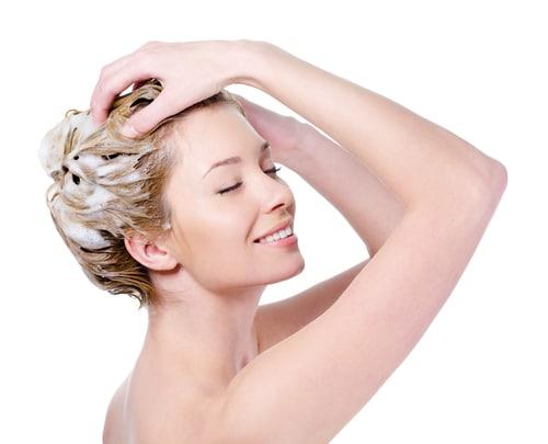 regelmäßige Haarkuren helfen gegen Haarschäden: im Sommer sorgt Kokosnuss für den exotischen Frischekick