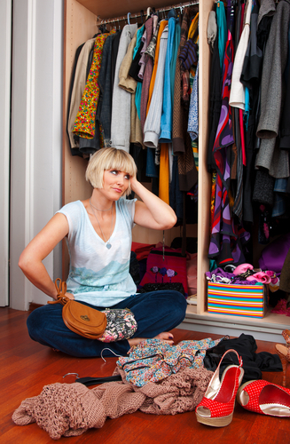 Trotz Kleider-Chaos das richtige Outfit finden: immer auf hochwertige Basics, das richtige Material und passende Accessoires achten