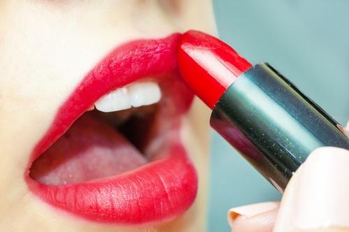 Knallige Farben auf den Lippen sind derzeit total angesagt!