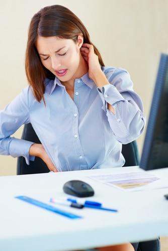 Wer im Büro nicht richtig sitzt, wird auch zu Hause nicht besser sitzen und so dem Rücken schaden.