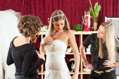 Hochzeitskleid anprobieren