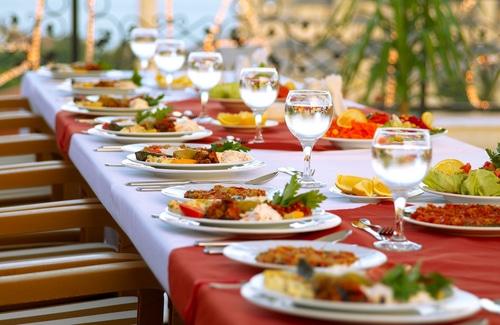 Charakteristisch Für Die Mediterrane Tischdeko Sind Die Farben Weiß Und  Rot, Sowie Viel Leckeres Essen