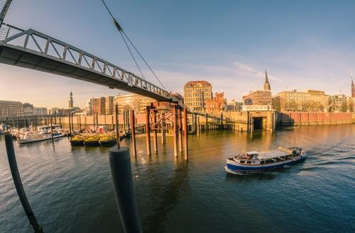Am Hafen lädt Sonntag Früh der Fischmarkt zu einem morgendlichen Fischbrötchen.