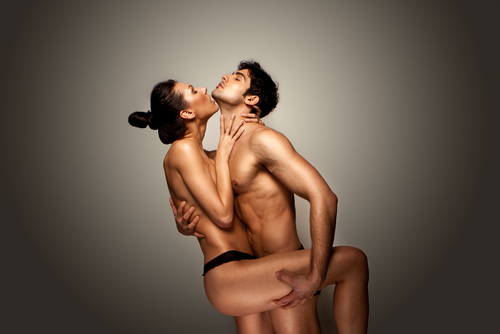 Ein nakter Mann und eine fast nakte Frau in enger Umarmung.