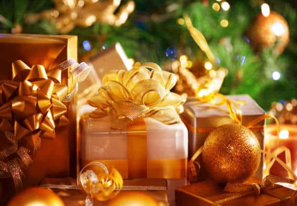 Weihnachtsgeschenke kunstvoll verpackt in Goldtönen