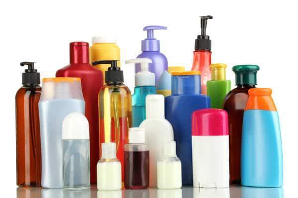 Mehrere Flaschen etikettloser Pflegeprodukte in verschiedenen Farben