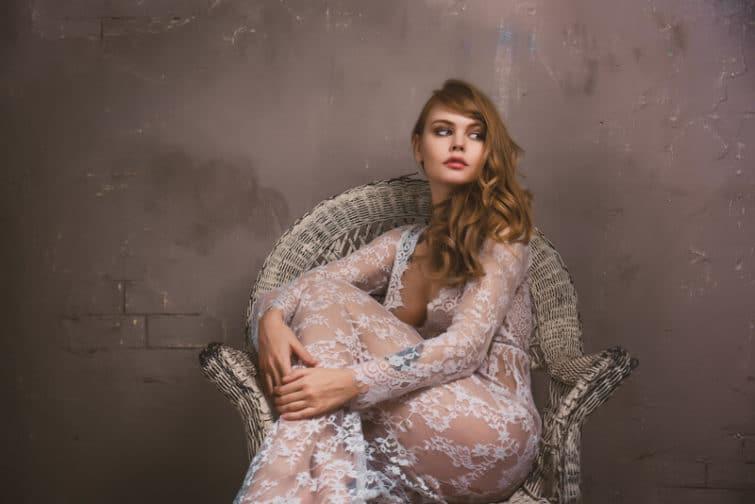 Frau sitzt auf einem Stuhl | © panthermedia.net /oneinchpunch