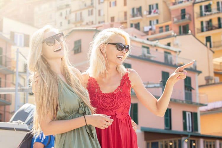 Zwei Freundinnen mit Sonnenbrille | © panthermedia.net /NeonShot
