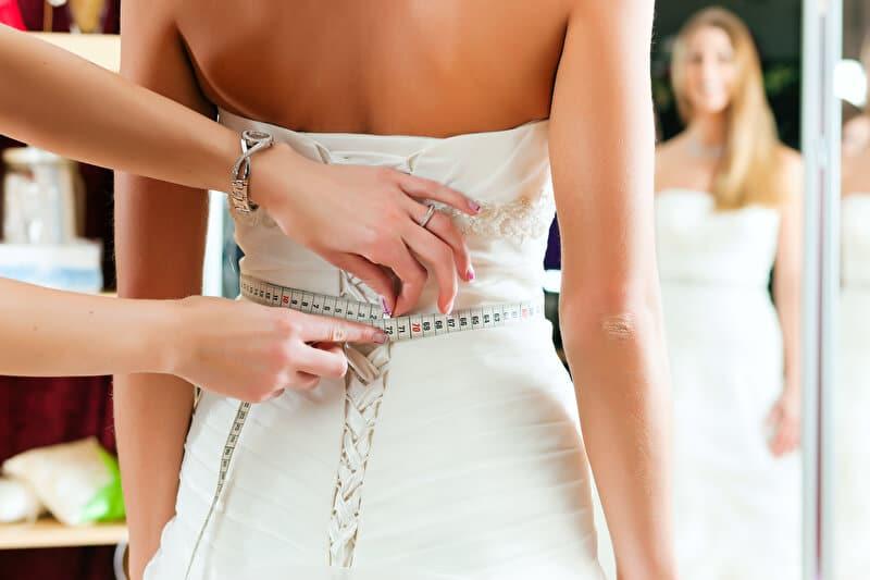 Maßgeschneiderte Brautkleider | © PantherMedia / Kzenon