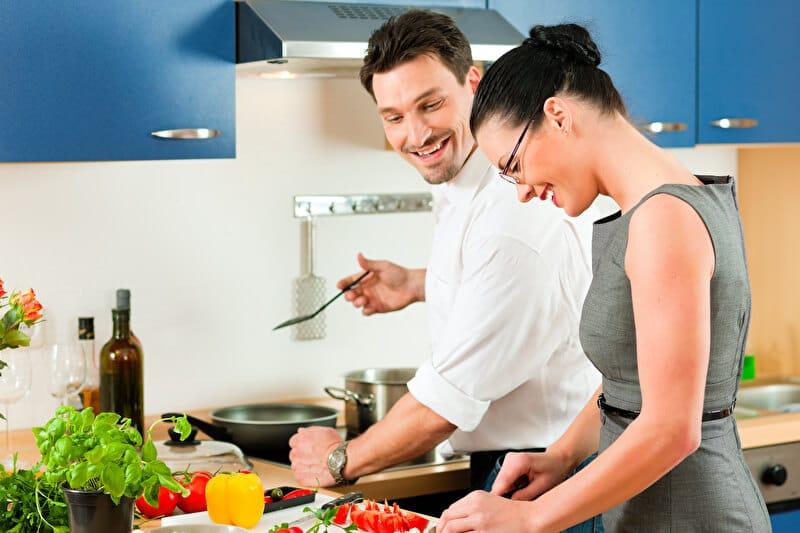 Zusammen kochen | © PantherMedia / Kzenon